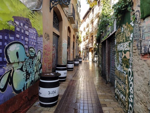 Una calle de El Tubo con los bares cerrados