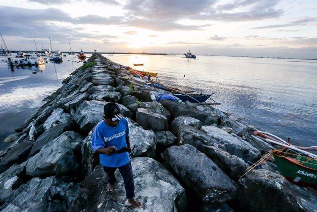 Preparatius per a l'arribada del tifó Goni a les Filipines.
