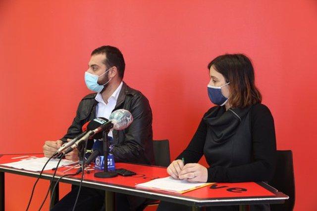 D'esquerra a dreta, el vicealcalde Quim Ayats i la regidora de Joventut, Annabel Moya, durant la presentació del nou servei de suport emocional aquest 12 de novembre del 2020 (Horitzontal)