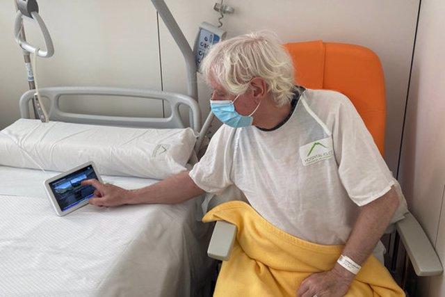 Una persona ingressada utilitzant un dispositiu a l'hospital d'Olot, en una imatge cedida aquest 12 de novembre del 2020. (Horitzontal)