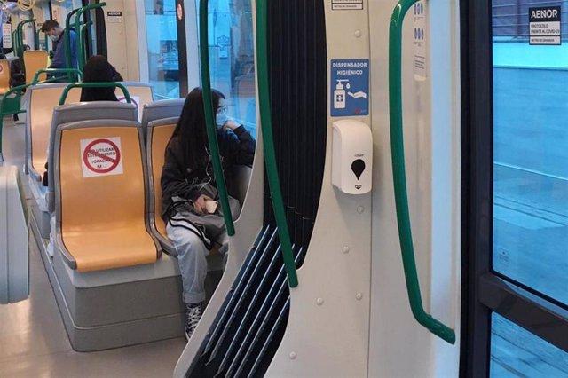 Dispensador de gel hidroalcohólico en el metro de Granada