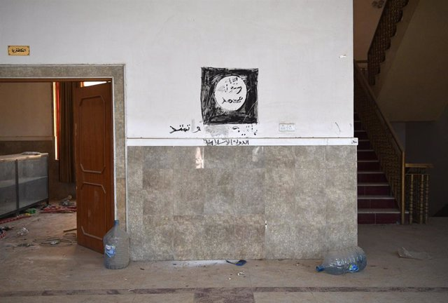 Mural con la bandera de Estado Islámico.