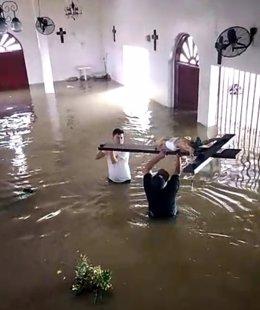 Captura de pantalla de vídeo en el que puede verse cómo sacan una cruz de un templo parroquial de la zona afectada, en el valle de Sula (Honduras)