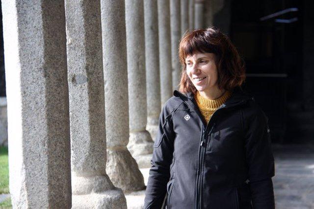 Pla mitjà de la delegada de patrimoni del Bisbat d'Urgell, Clara Arbués, als claustres de la Catedral de Santa Maria d'Urgell. Imatge del 12 de novembre de 2020 (Horitzontal).