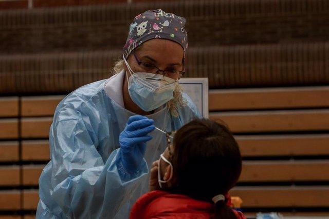Una sanitaria realiza un test de antígenos para detección del coronavirus a una vecina de la zona básica de salud de San Juan de la Cruz