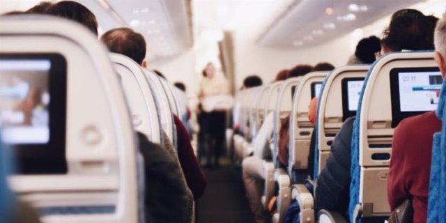 Pasajeros a bordo de un avión