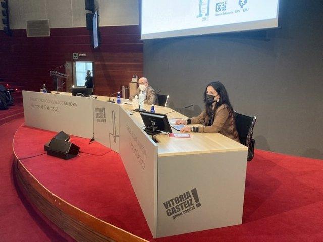 La vicepresidenta de la Fundación Fernando Buesa, Sara Buesa, abre las jornadas organizadas por la fundación en Vitoria