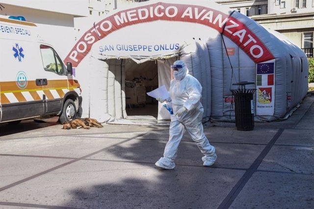 11 November 2020, Italy, Palermo: A medical worker in protective clothing walks past a temporary emergency room for for coronavirus test. Photo: Francesco Militello Mirto/LaPresse via ZUMA Press/dpa