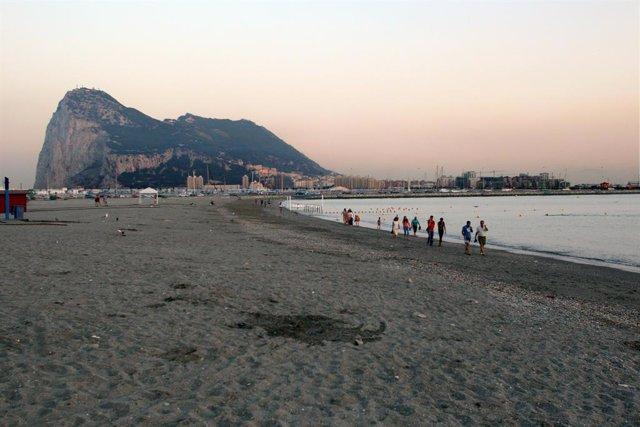 Playa Española Desde La Que Se Ve El Peñón De Gibraltar