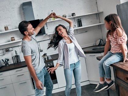 Crecer con sentido del humor: la importancia de las risas en familia