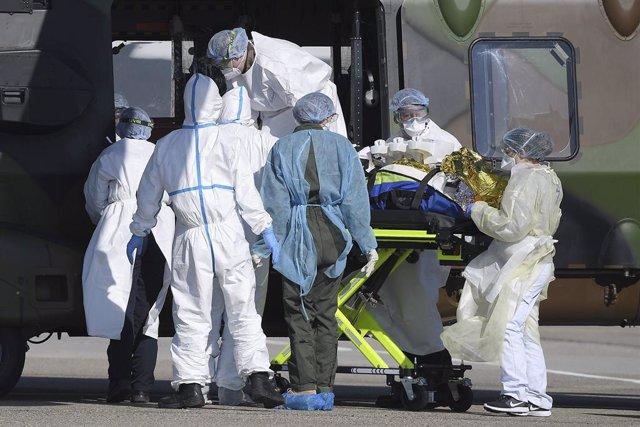 Un equipo médico atiende a un paciente con COVID-19 en Francia.