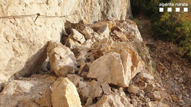 Blocs de pedra producte d'una esllavissada al mig del camí del congost de Mont-rebei, al Pallars Jussà, el 12 de novembre del 2020. Pla general. (Horitzontal)
