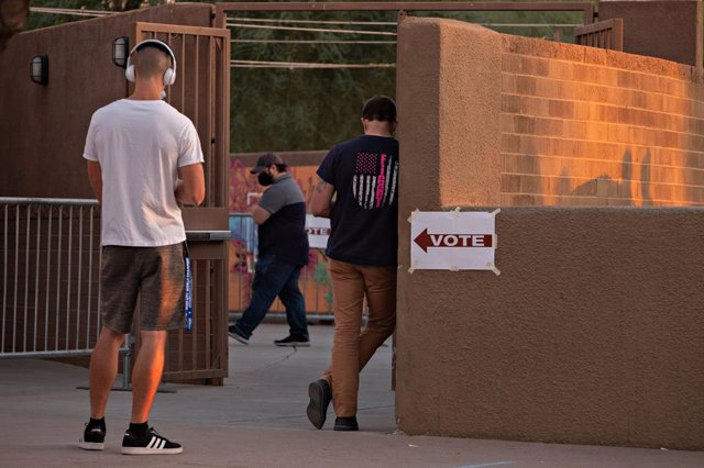 03 November 2020, US, Tempe: People wait outside a polling station before voting during the US Presidential election. Photo: Tom Story/ZUMA Wire/dpa