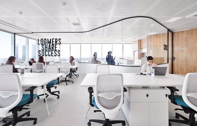 Espacio de 'coworking' de Loom, filial de Merlin Properties, en Torre Chamartín de Madrid