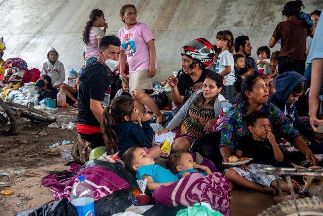 Familias refugiadas en un albergue de San Pedro Sula, Honduras, tras el paso del huracán 'Eta'.