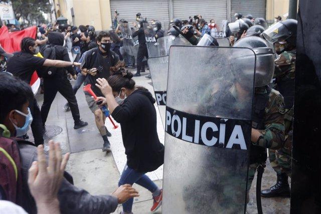 Enfrentamientos entre la Policía de Perú y manifestantes durante las protestas por la decisión del Congreso de aprobar la destitución del ya expresidente Martín Vizcarra.
