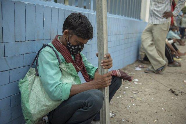 Un jornalero esperando para ser llamado en las instlaciones de un centro de trabajo de la ciudad de Noida, en el norte de India.