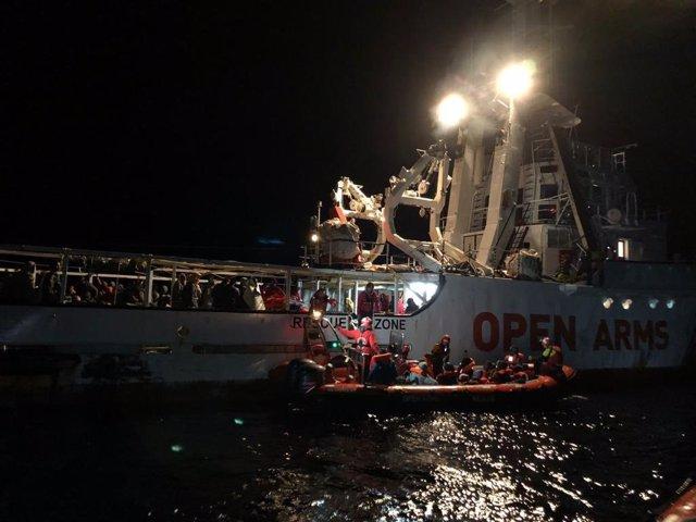 El barco de la ONG Open Arms recata a unos inmigrantes en el Mediterráneo