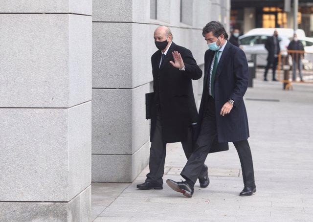 El exministro del Interior Jorge Fernández Díaz (i) llega a la Audiencia Nacional.