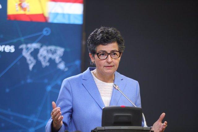 La ministra de Asuntos Exteriores, Unión Europea y Cooperación, Arancha González Laya, ofrece una rueda de prensa tras acoger la visita de su homólogo el ministro de Asuntos Exteriores luxemburgués, Jean Asselborn, en el Palacio de Viana, Madrid (España),