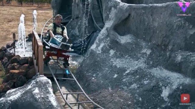 Este hombre recrea uno de los paseos más clásicos de Disneyland en el patio trasero de la casa de sus padres