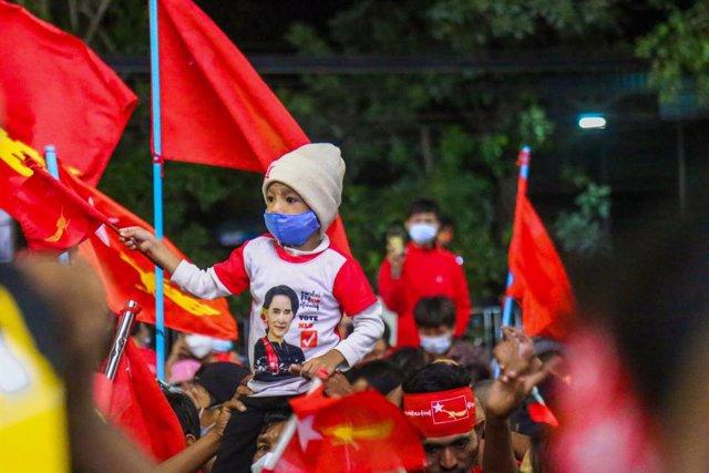 Simpatizantes de la Liga Nacional para la Democracia celebran en Mandalay, Birmania