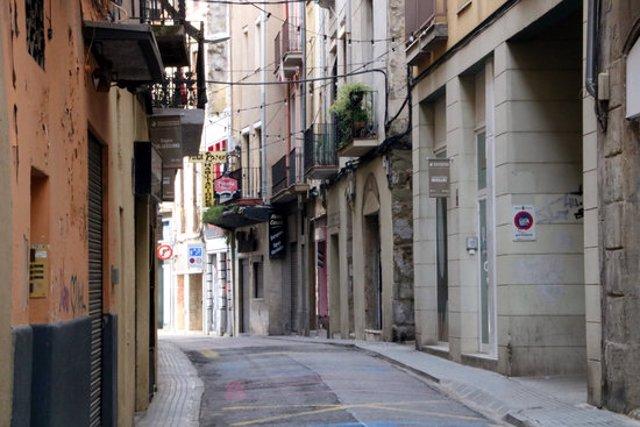 Pla general d'un carrer del centre històric de Manresa. Imatge del 13 de novembre del 2020. (Horitzontal)
