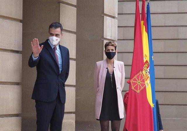 El presidente del Gobierno de España, Pedro Sánchez, y la presidenta del Gobierno de Navarra, María Chivite, en el Palacio de Navarra, en Pamplona, este viernes ,13 de noviembre de 2020.