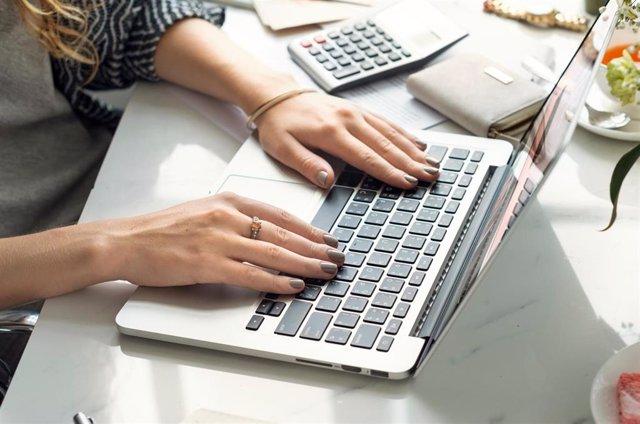Imagen de una persona utilizando un ordenador.