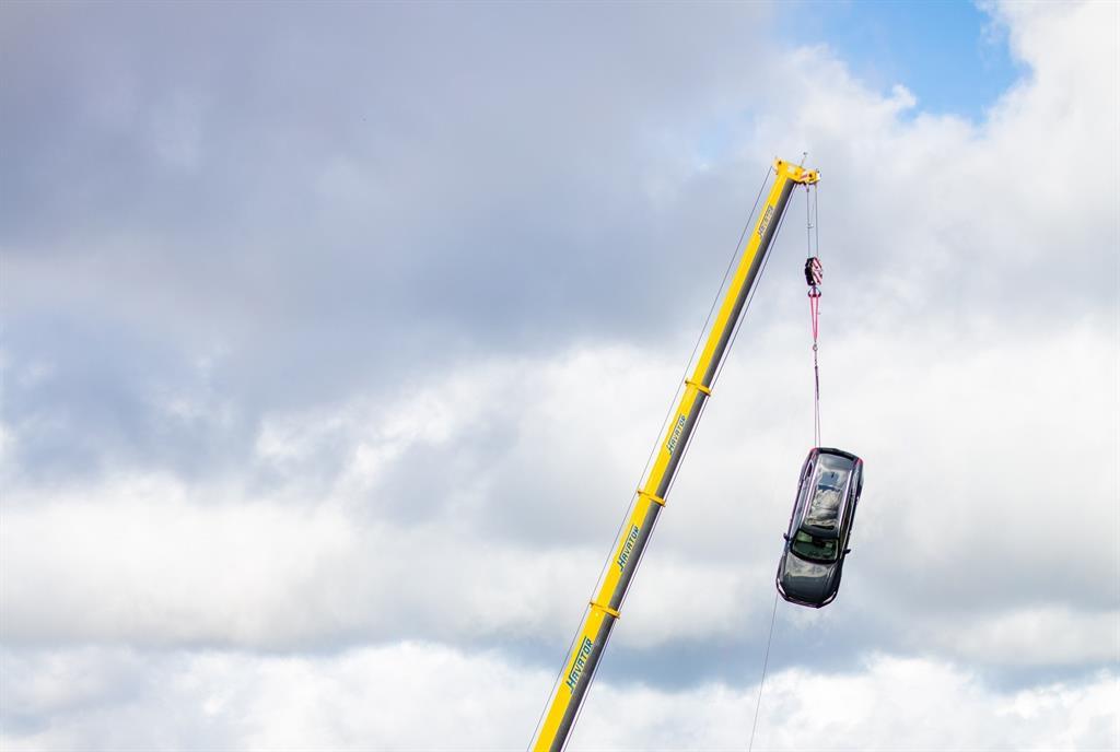 Volvo deja caer vehículos nuevos desde una altura de 30 metros para simular accidentes a gran velocidad
