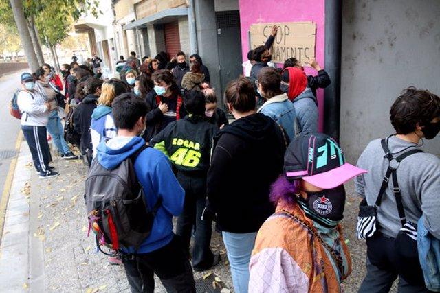 Pla general de la concentració per impedir el desnonament d'un dels pisos del bloc de Girona 'La semilla migrante' aquest 13 de novembre del 2020 (Horitzontal)