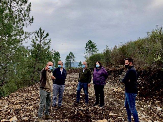 Begoña García Bernal visita las obras en pistas forestales de Sierra de Gata