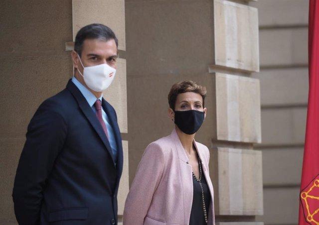 El presidente del Gobierno de España, Pedro Sánchez, con la presidenta del Gobierno de Navarra, María Chivite, en el Palacio de Navarra, en Pamplona, este viernes 13 de noviembre de 2020.