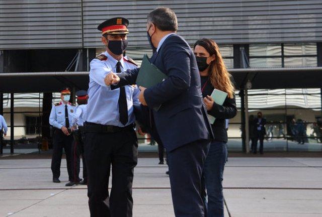 Pla americà de Josep Lluís Trapero i Miquel Sàmper saludant-se al Complex Central dels Mossos d'Esquadra, el 13 de novembre de 2020 (Horitzontal)