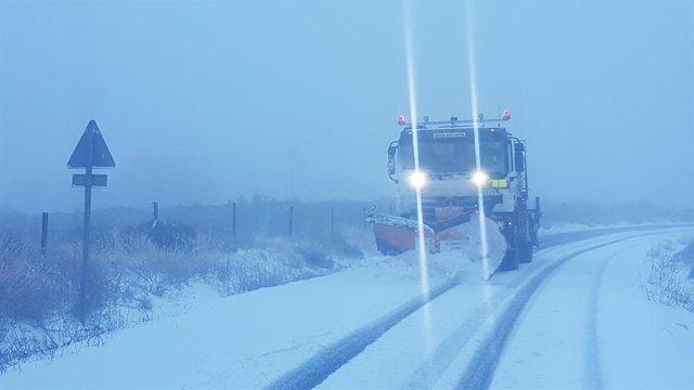 Quitanieves despeja una carretera nevada. ARCHIVO