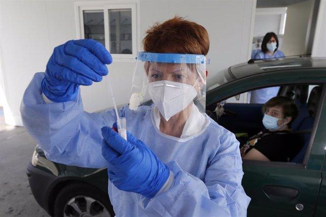 """La enfermera Fátima Montero Embil realiza test PCR para la detección del COVID-19 en el """"Autocovid"""" del Hospital Universitario Central de Asturias (HUCA), Oviedo (Asturias), a 11 de noviembre de 2020."""