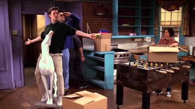 Joey y Chandler entran triunfalmente al piso de Mónica en Friends