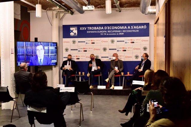 De izquierda a derecha: Antonio Garamendi (CEOE) desde la pantalla, Pere Navarro (CZFB), Unai Sordo (CC.OO.), Josep Maria Álvarez (UGT) y Marcel Jansen (Fedea)