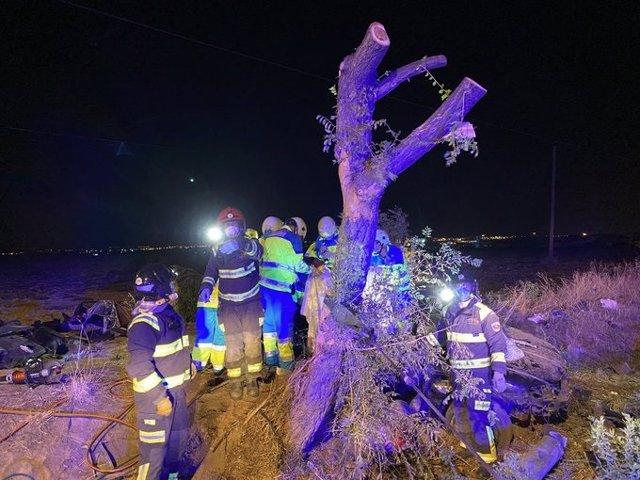 Sanitarios rescatan a los fallecidos en el accidente mortal de Móstoles, en la antigua carretera de Extremadura