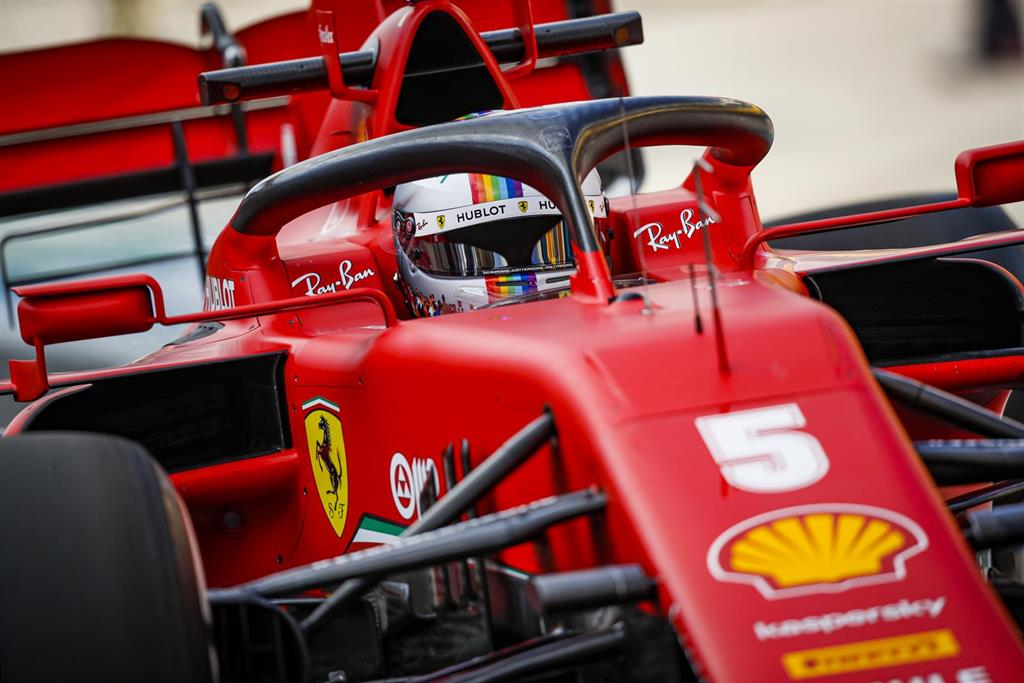 Vettel estrena un casco arcoíris en Turquía