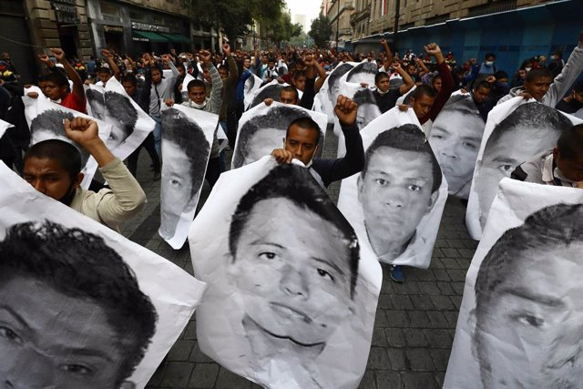 26 September 2020, Mexico, Mexico City: Students and parents of the 43 students from Ayotzinapa Rural Teachers' College, who were forcibly abducted and then disappeared in Iguala, take part in a march at Zocalo square to demand justice after six years of