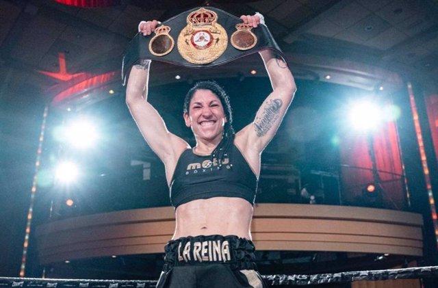 Miriam Gutiérrez celebrando la conquista de su cinturón de campeona mundial interina del peso ligero de la Asociación Mundial de Boxeo