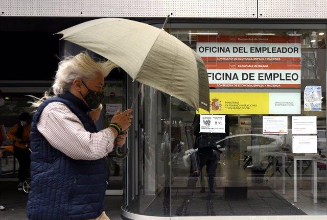 Una persona pasa al lado de una Oficina de Empleo en Madrid (España), a 2 de septiembre. Hoy se ha conocido que el número de parados registrados en las oficinas de los servicios públicos de empleo (antiguo Inem) bajó en 26.329 desempleados en septiembre (
