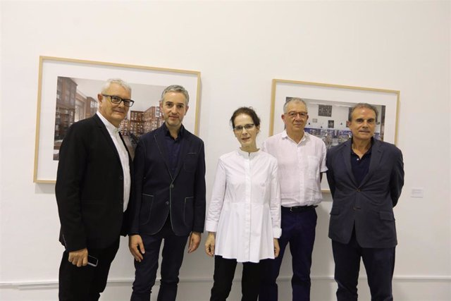 Presentación de una de las muestras de Ana Teresa Ortega, con la fotógrafa en el centro