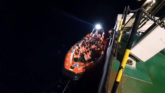 Imagen del traslado a bordo del buque de salvamento de la ONG de los 77 migrantes rescatados en el Mediterráneo por el buque de la ONG Open Arms
