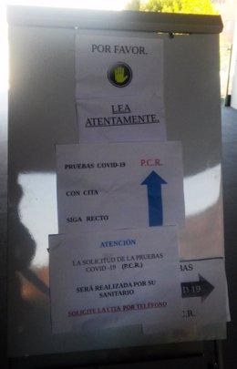 Cartel sobre pruebas covid-19 en un centro de salud de Jaén.
