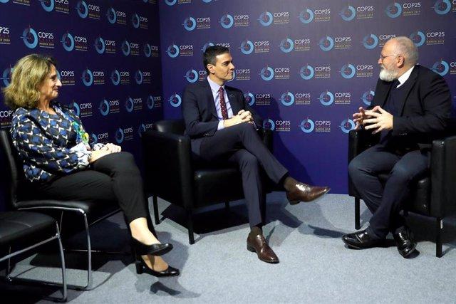El presidente del Gobierno en funciones, Pedro Sánchez (c) y la ministra en funciones para la Transición Ecológica, Teresa Ribera (i), con el vicepresidente de la Comisión Europea, Frans Timmermans, durante el encuentro que han mantenido este martes dentr