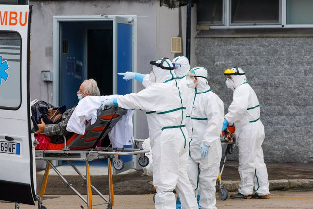 13 November 2020, Italy, Naples: A Coronavirus patient in critical condition is transferred   to the Antonio Cardarelli hospital in Naples. Photo: Fabio Sasso/ZUMA Wire/dpa