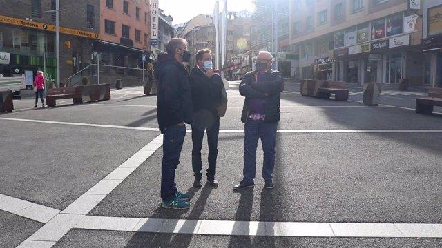 David Rios, Pere López i Enric Riba de visita al nucli fronterer del Pas de la Casa.