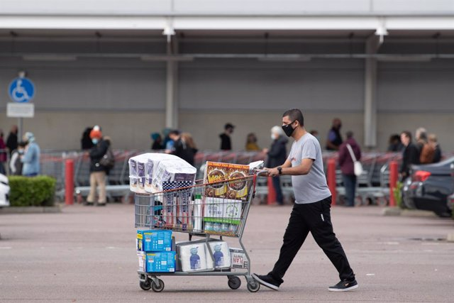 01 November 2020, England, Leicester: A shopper is seen outside Costco store as the UK Prime Minister Boris Johnson announced that a new national lockdown will come into force in England next week due to the increasing numbers of the coronavirus. Photo: J
